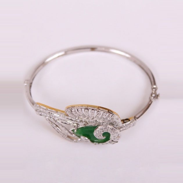 Exquisite Silver Bracelet With Green Stone