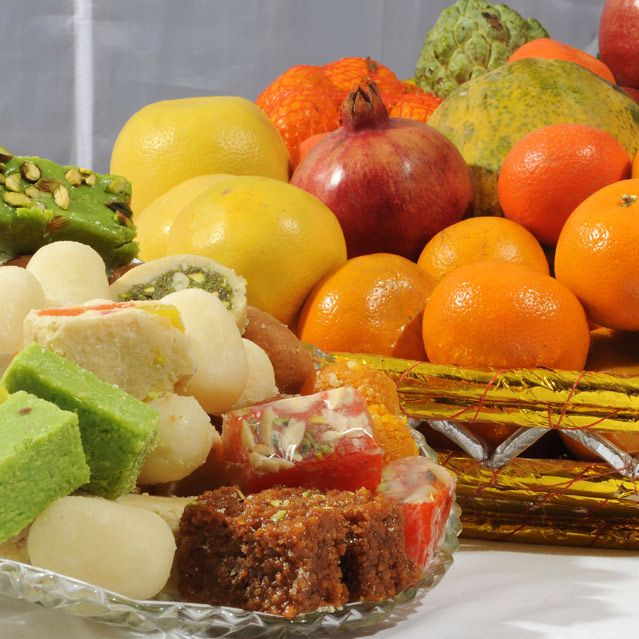 Fruit Basket with 2 Kg Mix Mithai
